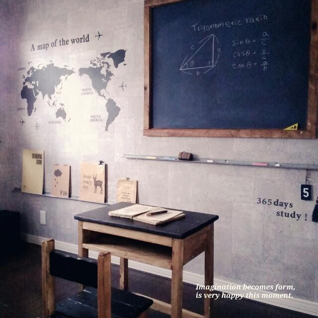 世界地図と黒板でお教室風