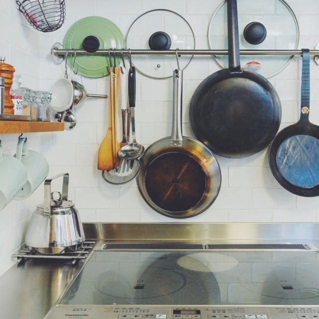 工夫がいっぱい!フライパン収納のコツ | RoomClip mag | 暮らしとインテリアのwebマガジン