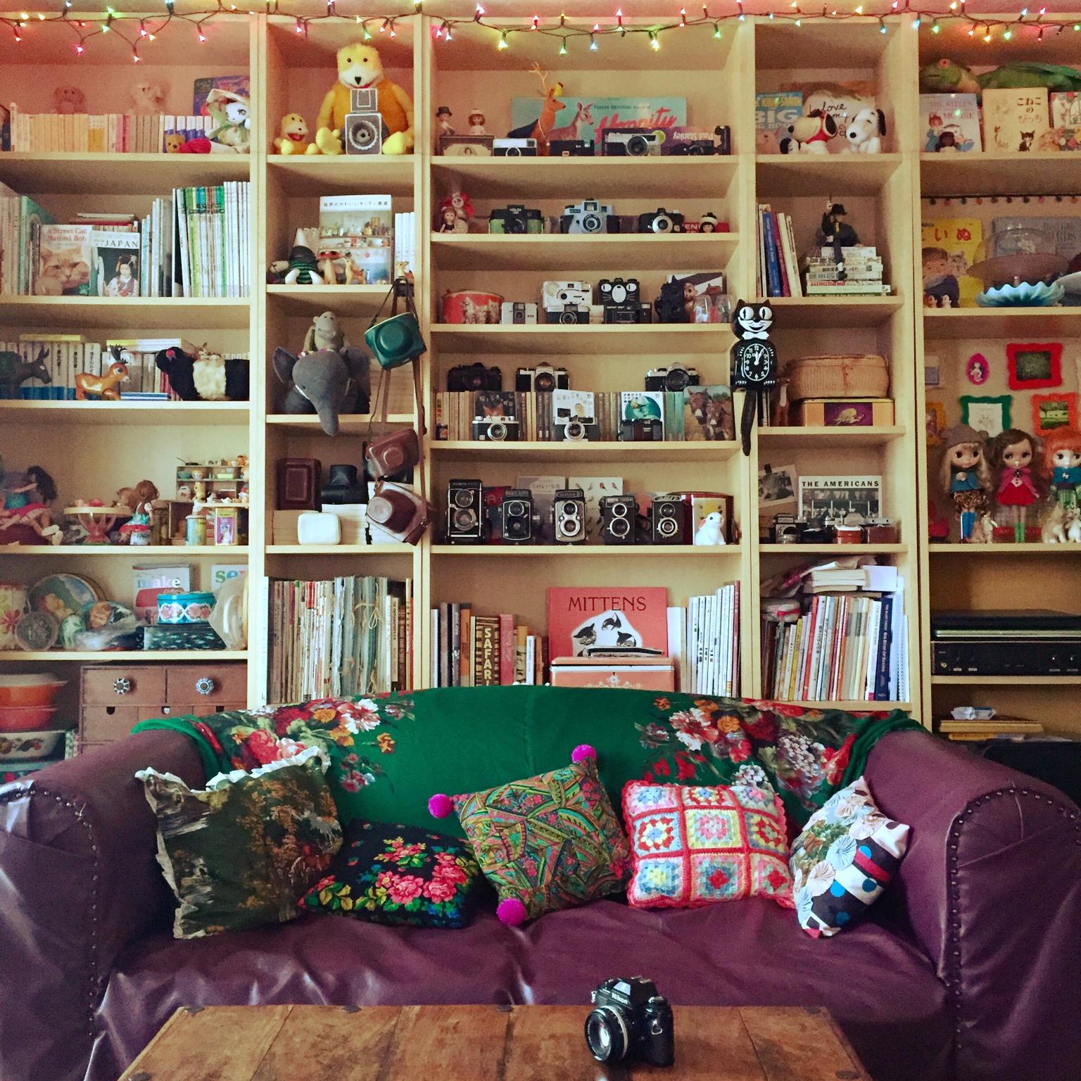 壁一面モノだらけな収納兼飾り棚