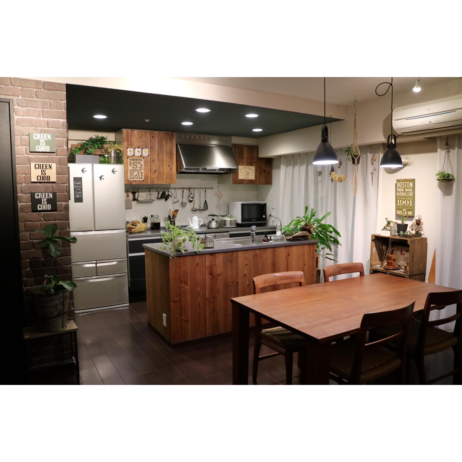 深みと渋さのカフェキッチン♪ダークトーン天井ペイント by RIKAさん