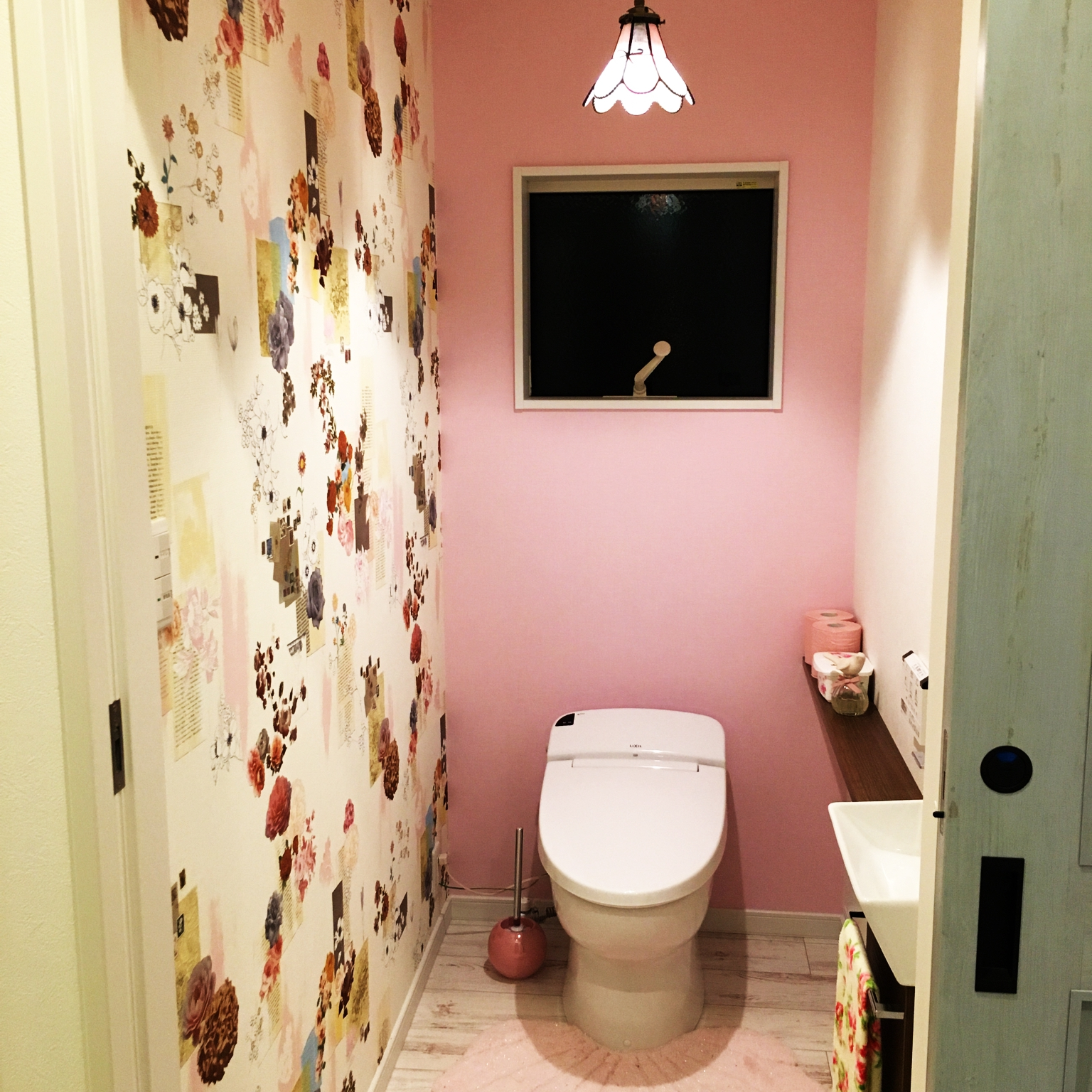 バス トイレ 洗面台 花柄壁紙 ピンクの壁 Lixilのインテリア実例 15 12 12 22 53 37 Roomclip ルームクリップ