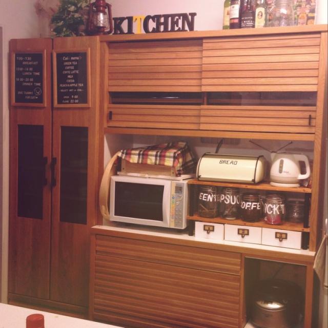 木製の食器棚にブレッドBOX