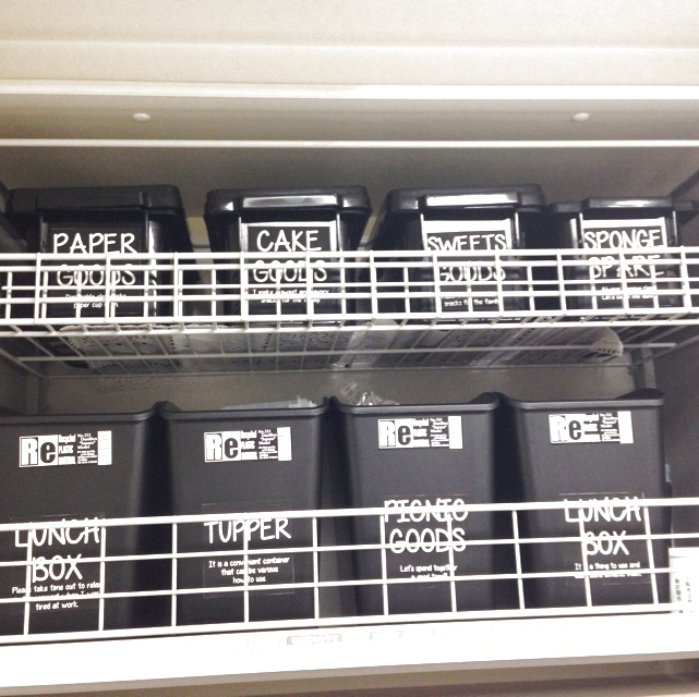 容器とラベルをモノトーンで統一!