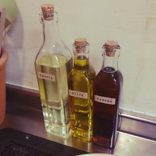 コルクの栓がおしゃれな瓶をオイル入れにする。