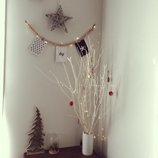 白い枝でホワイトクリスマスを演出