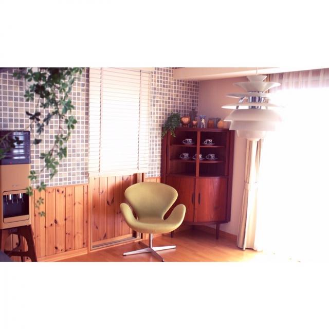 ヴィンテージ家具が映えるタイル壁