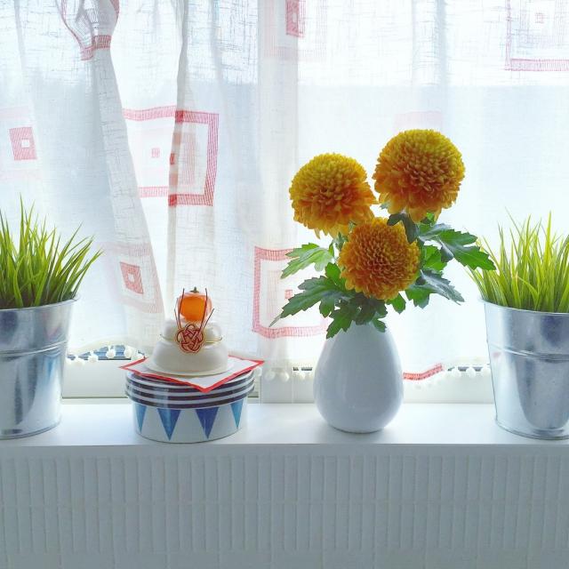 白い花器とのコントラストが新鮮