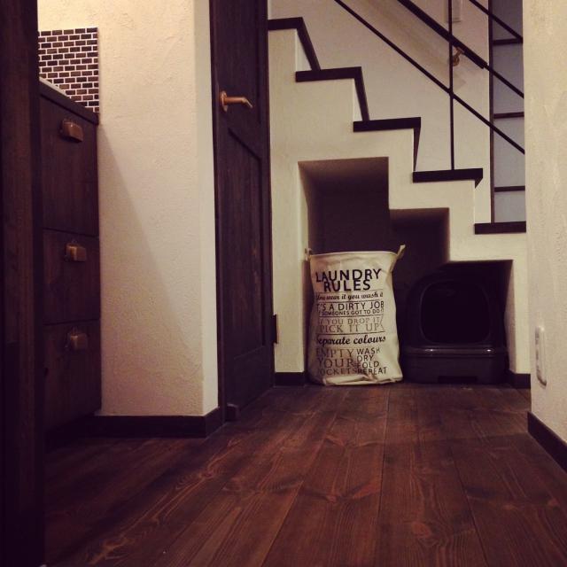 オープンな階段下にペット用品