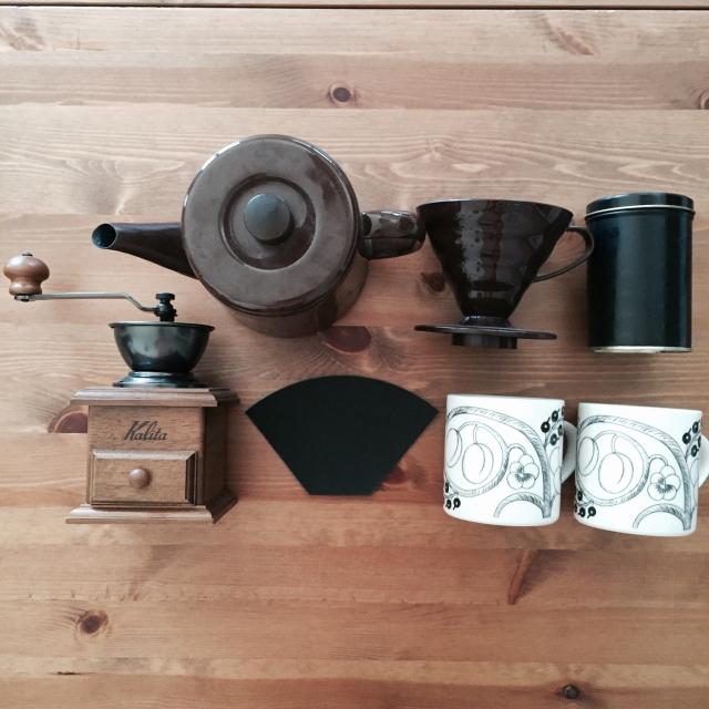 野田琺瑯のポット、カリタのコーヒーミル、無印良品の繰り返し使えるコーヒーフィルター6,000円くらい