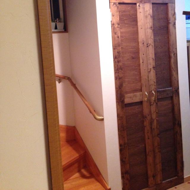 温かみのある木材で扉をDIY