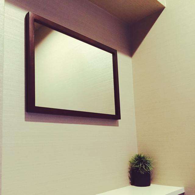 鏡を壁にかけると便利