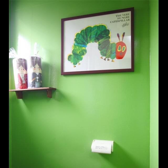 トイレは鮮やかな緑色にペイント