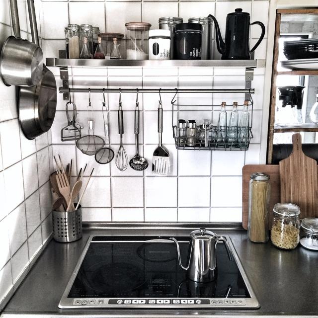ワンアクションで片付け可能♪見た目もオシャレなキッチンの壁面収納