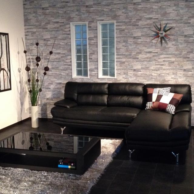 寒色系壁紙に黒革ソファとローテーブル