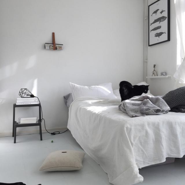 シンプルさが心地よい。ミニマルな寝室をコーディネート