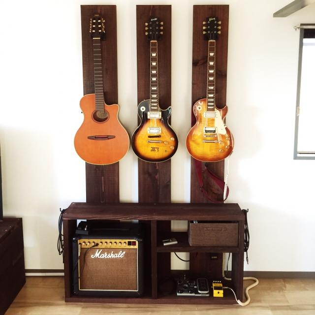 建築現場で使う足場板でギターを壁面収納