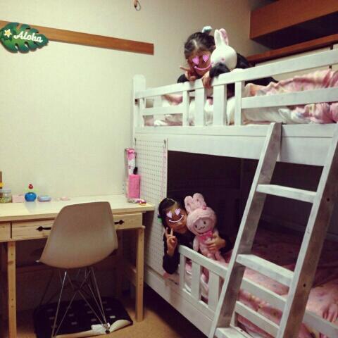 姉妹の部屋は白×ピンクのベッド