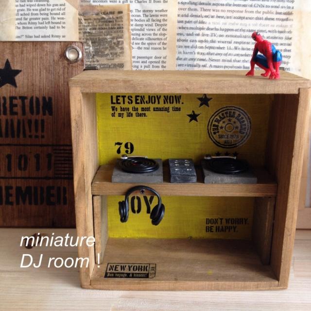 ミニチュア雑貨を飾るボックスにステンシル