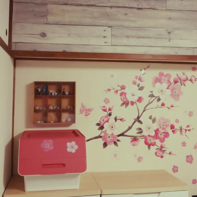 壁に貼られたウォールステッカーの花がfroqにも。