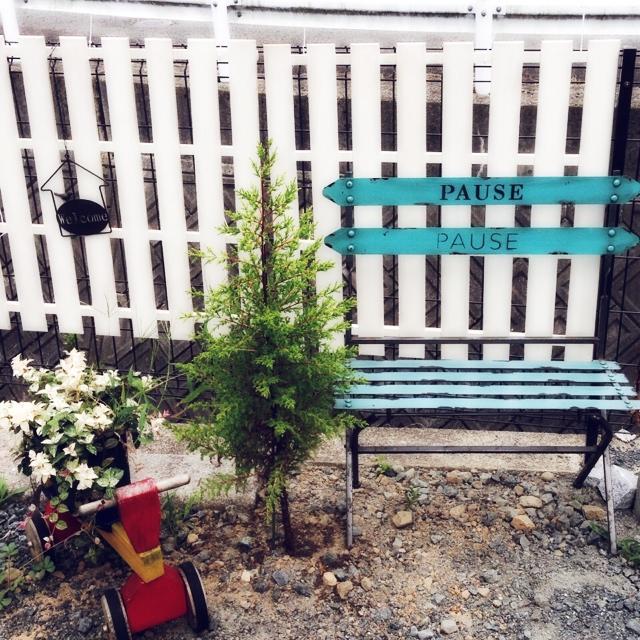お庭の一角に差し色ベンチ♪