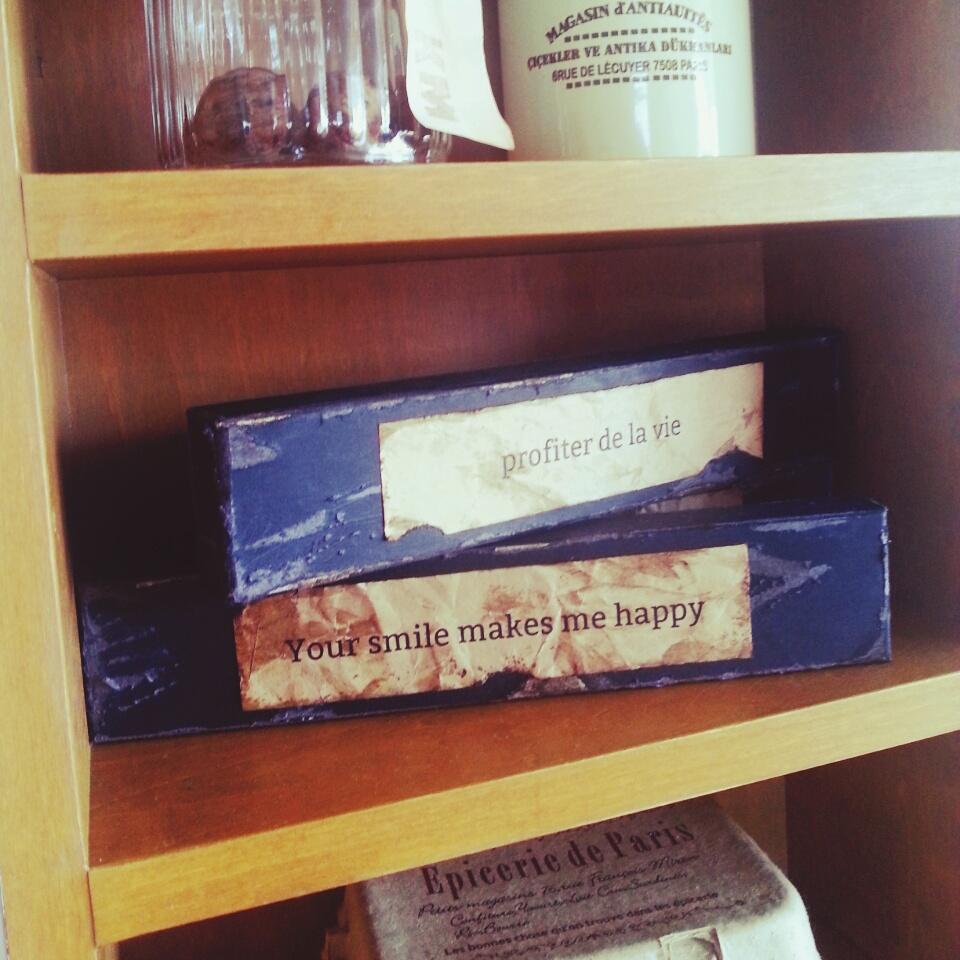 古いお屋敷の一角を思わせる小箱の飾り