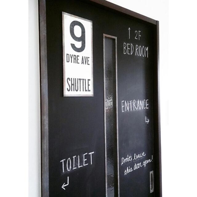 黒のマステで黒板ドア
