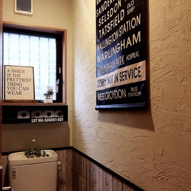 大きなタペストリーをトイレの壁に
