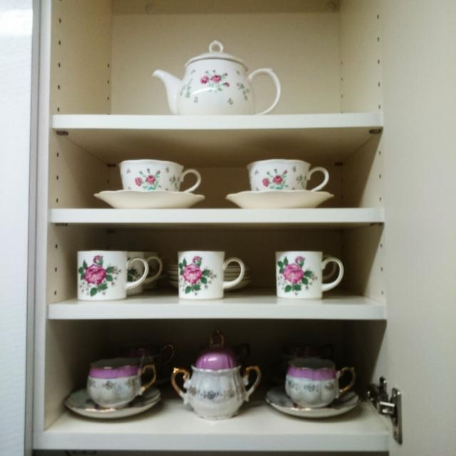 お客さま用食器専用の収納スペースはシンプルに魅せる。