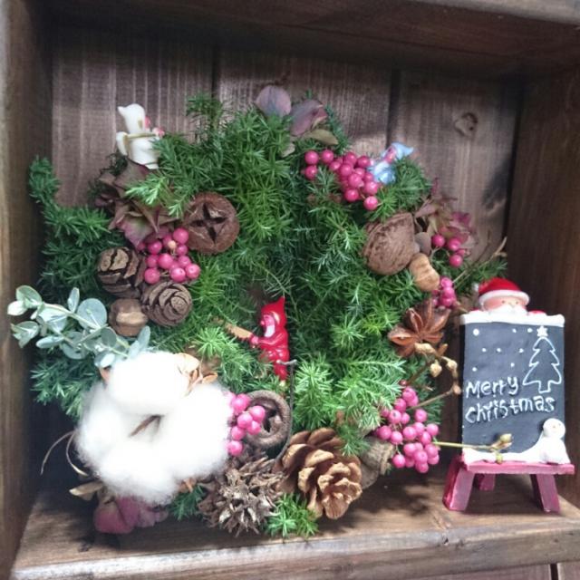 ピンクの実がカワイイ♡クリスマスリース