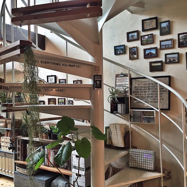 屋根裏部屋へ上がる螺旋階段のイメージ