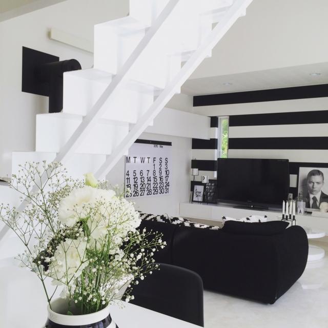 白いフローリングに黒いソファが映える!