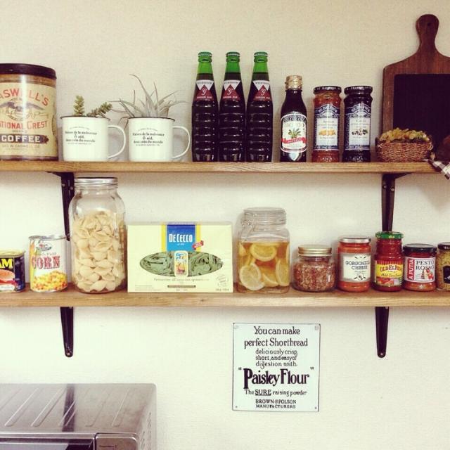 壁面収納棚を輸入食材を並べるスペースに