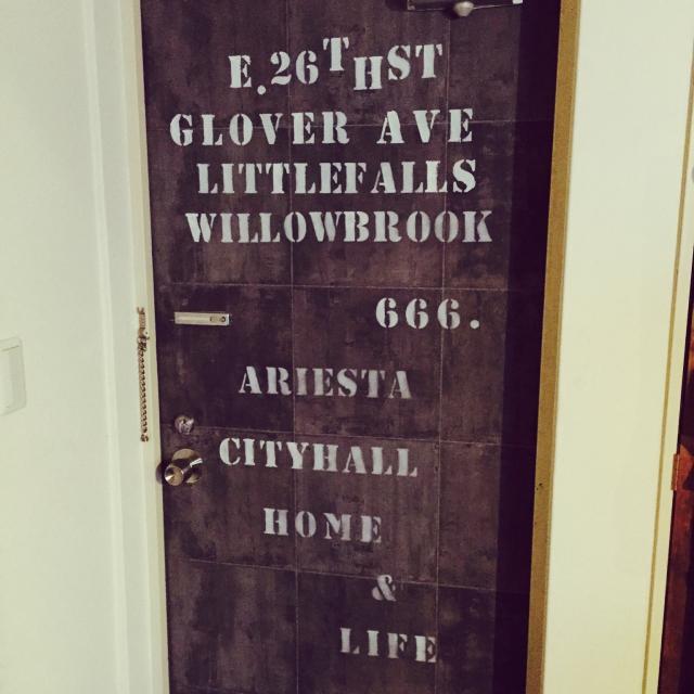 壁紙+ステンシルでつくる無骨なドア