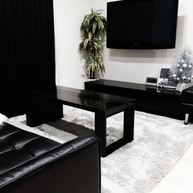 家具が黒一色なリビングルーム