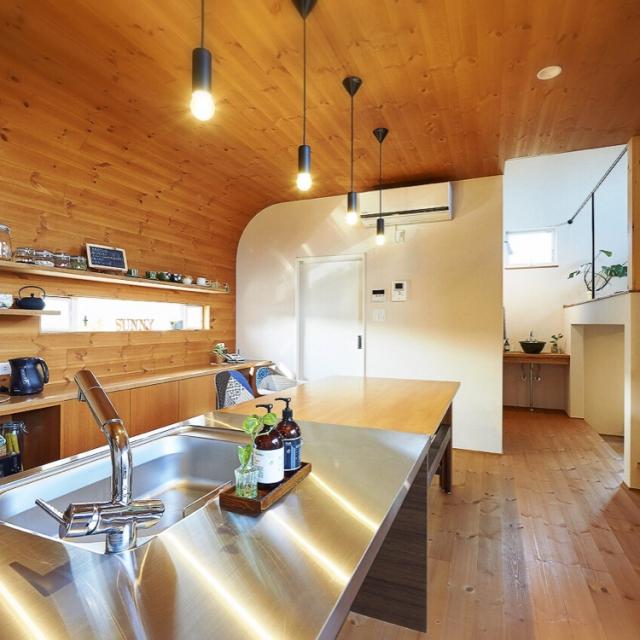 木のぬくもりと曲線がマッチしたキッチン