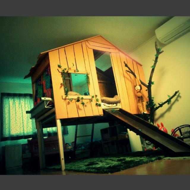 滑り台にもなるツリーハウス