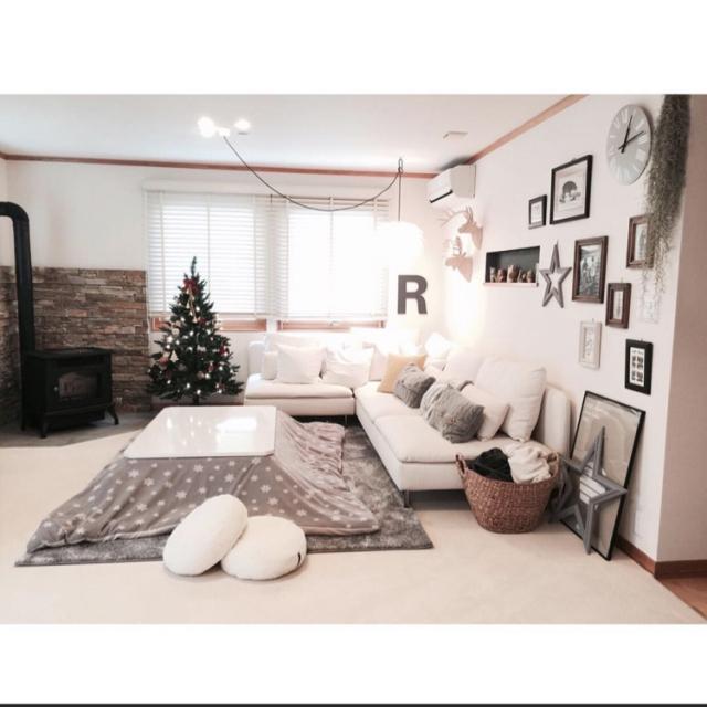 壁や家具が白でこたつ布団やラグがグレー
