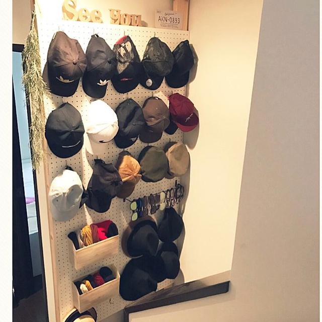 省スペースで見栄えも◎壁を使った帽子の収納アイデア