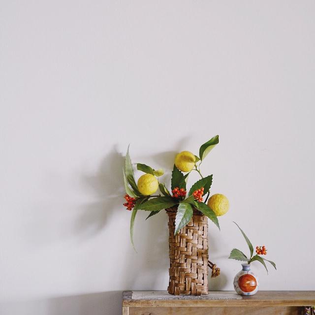 黄色や赤の実を活かして飾る