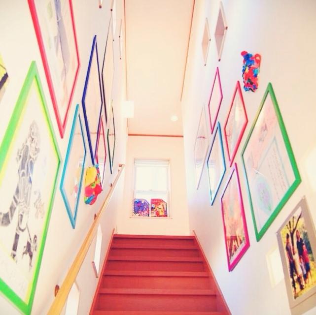 IKEAの額を使った階段ギャラリー
