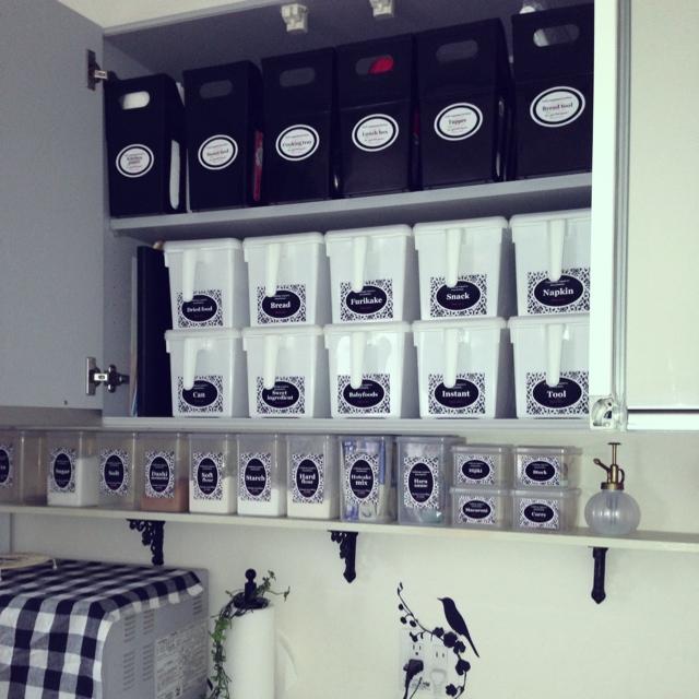 棚ごとに容器とラベルを統一