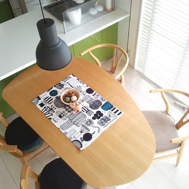 不思議な形のテーブルを囲んで。