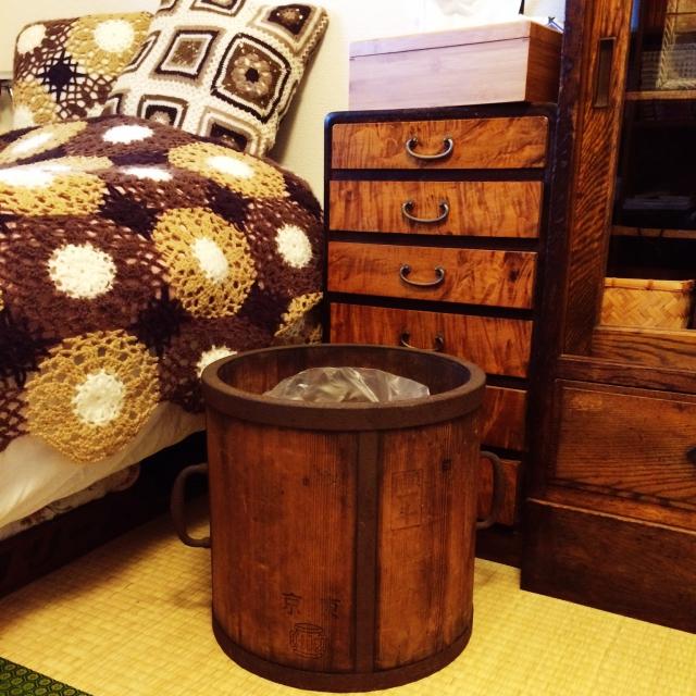 木製の一斗樽をごみ箱に活用