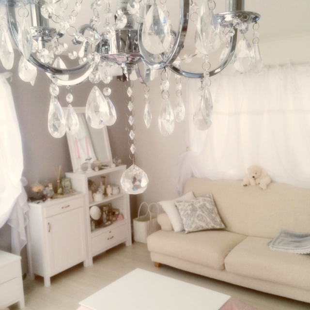 他の家具と少し違う色味のホワイトソファー