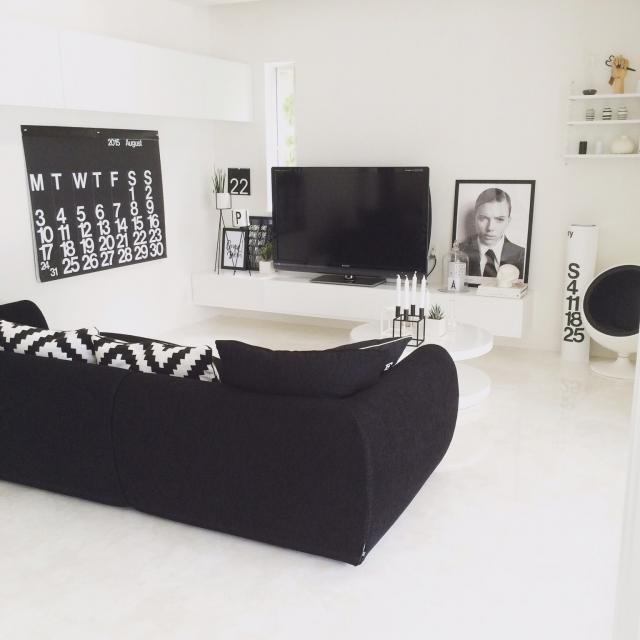 真っ白な壁と床にソファのインパクトを