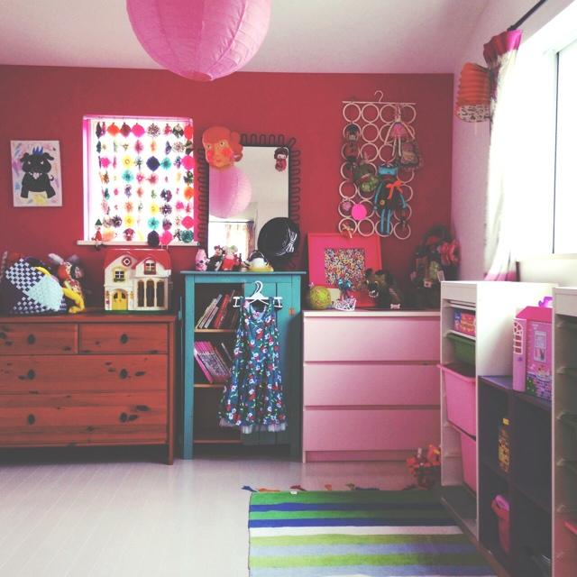 ピンクベースで海外風な色使いのお部屋