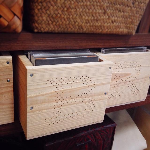 木製の引き出しにCD収納