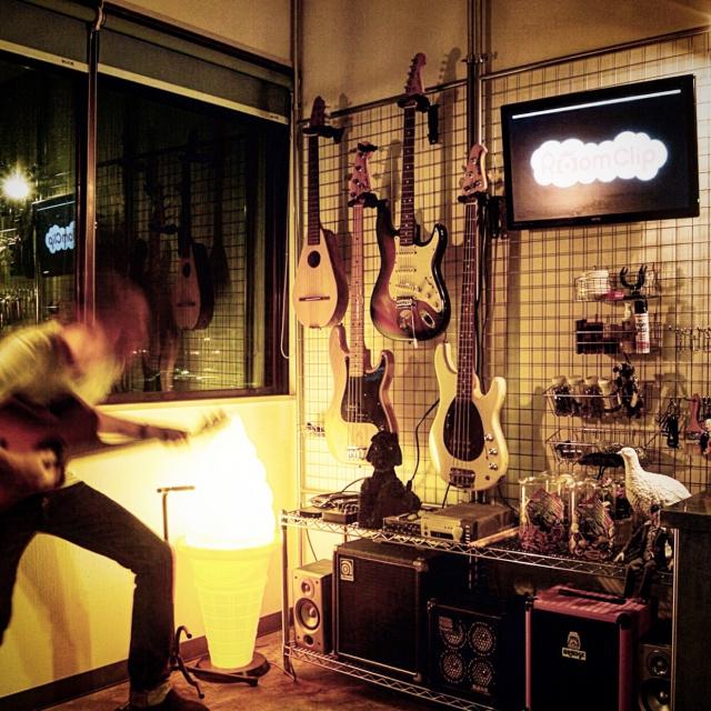 ワイヤーネットにギターハンガーで収納