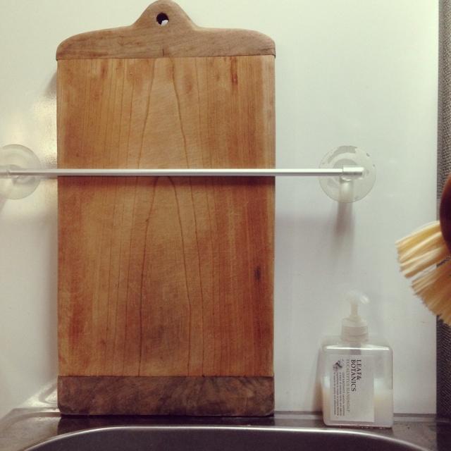 タオルハンガーにまな板を立てかけて収納