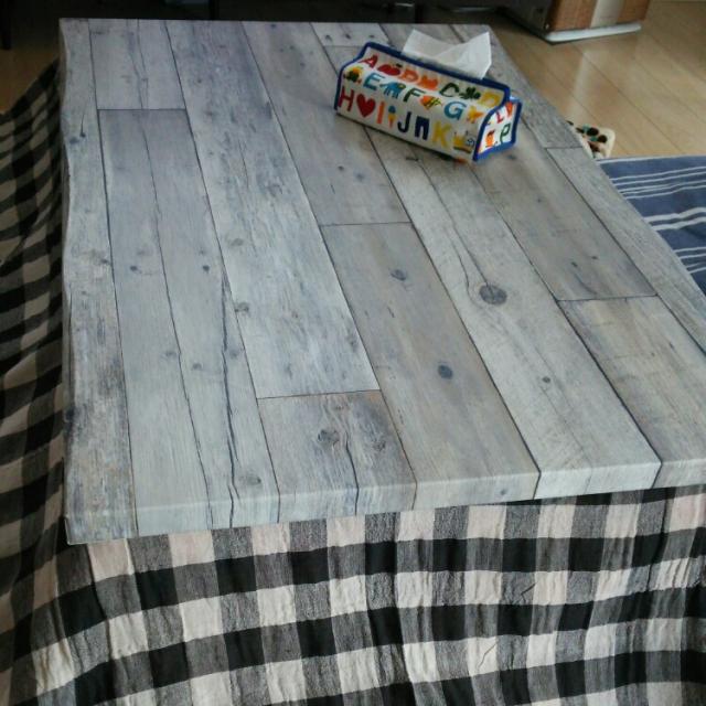 こたつテーブルの天板を壁紙でリメイク
